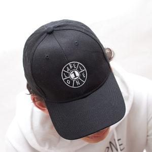 LABEL ONE Hoodie Weiß mit Stick im SET mit CAP